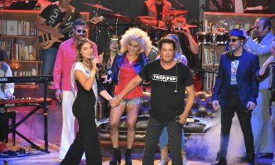 La Reina Anfitriona de la Fiesta del Mar cantando con Carlos Vives.