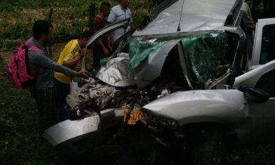 Así quedó el vehículo en el que se transportaba la familia.