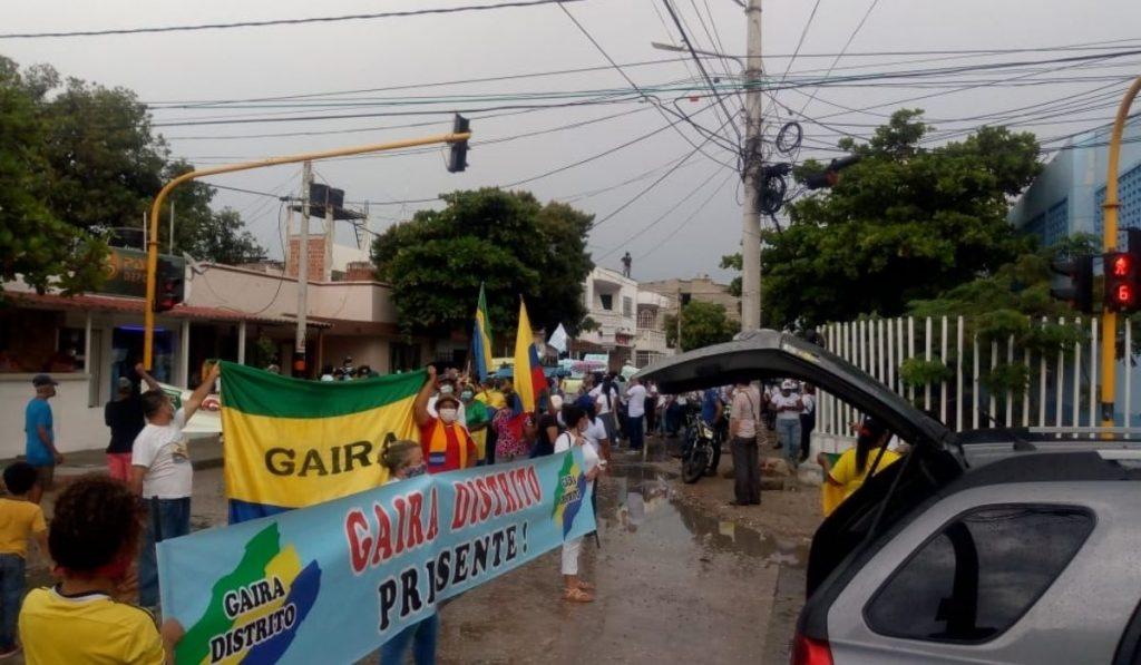 Ni la lluvia detuvo la marcha en Gaira que busca la construcción del centro de salud - Noticias de Colombia
